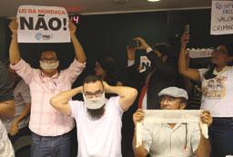 Sob gritos de 'Bolsonaro', Câmara adia votação sobre Escola sem Partido