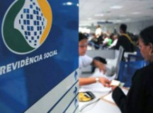 O índice ainda não está finalizado, mas a última previsão do governo do presidente Michel Temer (MDB) foi de aumento final de 5,45%, levando o piso dos salários e aposentadorias dos atuais R$ 954 para R$ 1.006
