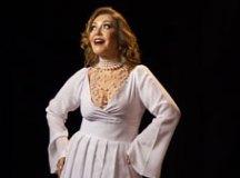 Show tem como fio condutor a voz magnífica de Vânia Bastos ao centro do palco. Foto: Divulgação