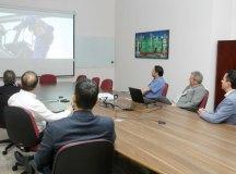 Paulo Serra acompanha vídeo da Unipar acompanhado de executivos da empresa. Foto: Helber Aggio/PSA
