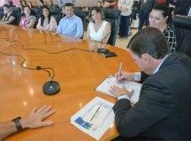 Morando assinou acordo de cooperação para a concessão de 17 bolsas de estudos em Italiano para professores. Foto: Ricardo Cassin/PMSBC