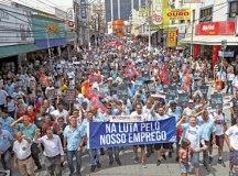 Metalúrgicos tomaram a rua Marechal Deodoro segurarando cartazes e faixas