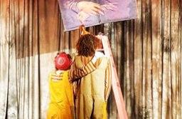 """O espetáculo """"Alguém Nos Louvre"""", da Cia Dois Palitos, é voltado para pessoas com deficiência auditiva. Foto: Divulgação/PMD"""