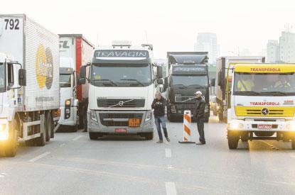 Caminhoneiros marcam greve para dia 29, mas categoria diverge sobre paralisação