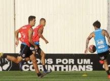 Ainda sem Danilo Avelar, Carille fecha treino tático do Corinthians e faz mistério
