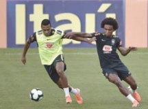 Alex Sandro e Willian, durante treino realizado ontem no estádio do Pacaembu. Foto: Pedro Martins/MoWA Press