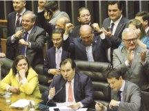 Deputados comemoram final da votação dos destaques; proposta volta ao plenário dia 6. Foto:  Fabio Rodrigues Pozzebom/Agência Brasil