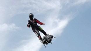 Franky Zapata ao decolar para atravessar o canal da Mancha, em Sangatte, França'Homem voador' francês atravessa canal da Mancha
