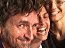 Camila Pitanga comemora véspera de Natal com ex-marido e namorada