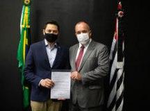 Kiko entregou as demandas ao secretário de Desenvolvimento Regional, Marco Vinholi.. Foto: Divulgação/PMETRP
