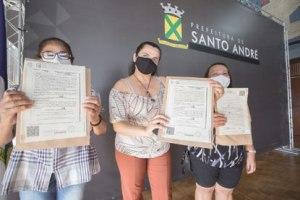 Em evento no Salão Burle Marx, 17 famílias participaram da entrega simbólica dos documentos. Foto: Alex Cavanha/PSA