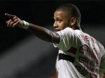 São Paulo vence lanterna Goiás em jogo adiado e assume a liderança do Brasileirão
