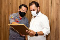 Documento foi entregue a Pedrinho Botaro pelo coronel Nobukazu. Foto: José Paulo Cardeal/CMSA