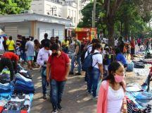 Comércio de ambulantes na região do Brás, no centro de São Paulo, na tarde de sábado, após o Estado ter decretado o retorno à fase vermelha de restrições em meio à pandemia. Foto: André Pera/Pera Photo Press/Estadão Conteúdo