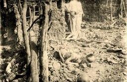 Cadáveres nas ruínas de Canudos. Coleção Flávio de Barros/Guerra de Canudos - Acervo Museu da República / Instituto Brasileiro de Museus / Ministério do Turismo