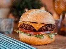 Além dos premiados burgers grelhados em fogo forte, há também a opção de burgers vegetarianos e veganos, como o Falafel Vegano - hambúrguer de 100g, creme de palmito, tomate, alface e sem queijo. Foto: Divulgação
