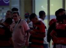 Aglomeração de torcedores em festa no aeroporto marca volta do Flamengo ao Rio