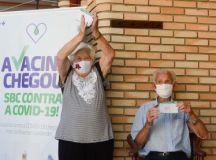 Casados há 67 anos, o casal, Nair Donadelli e Nelson Miolaro, ambos com 90 anos, são um sucesso na internet. Foto: Omar Matsumoto/PMSBC