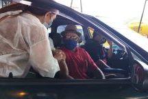 Luiz José, de 81 anos, primeiro vacinado no drive-trhu, hoje, em Ribeirão Pires. Foto: Divulgação/PMETRP