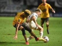 Com direito a gol contra, Santos joga mal e perde em casa na Libertadores