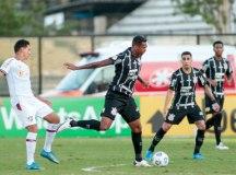 Com um a menos, Fluminense busca empate com o Corinthians em São Januário