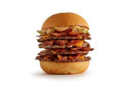 O carro-chefe e um dos campeões de pedidos é o burger feito com a quantidade perfeita de carne, sob o calor da chapa de aço cromado em alta temperatura, criando uma casquinha por fora e mantendo por dentro a suculência e o melhor sabor. foto: Divulgação
