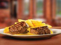 Filé Mignon com as opções dos molhos de pimentas verdes, ervas finas, mostarda ou barbecue é um dos destaques da rede. Foto: Divulgação
