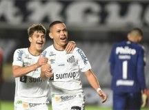 Com gol contra, Santos vence Athletico-PR na Vila e entra no G6