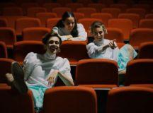 Inspirado em histórias reais, o espetáculo de teatro jovem retrata com humor e leveza a complexidade dos amores na juventude, Foto: Divulgação/Fernanda Vilaça
