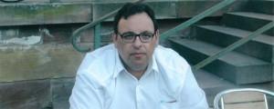 Isidoros Karderinis nació en Atenas, Grecia, en 1967.  Es novelista, poeta y economista con estudios de postgrado en economía turística. Sus artículos han sido republicados en periódicos, revistas y sitios en todo el mundo. Sus poemas han sido traducidos en francés y han sido publicados en revistas literarias. Ha publicado siete libros de poesía y dos novelas. Cinco de estos han sido publicados en Estados Unidos y en Gran Bretaña. E-mail:skarderinis@hotmail.gr Facebook: Karderinis Isidoros
