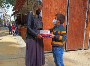 La delegada de Cultura ha entregado un lote de libros al ganador del concurso.