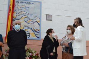 La alcaldesa conversando con algunos familiares de los represaliados.