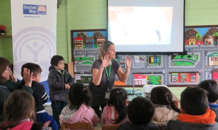 Voluntarios de Kimberly-Clark enseñan a los niños la importancia de lavarse las manos