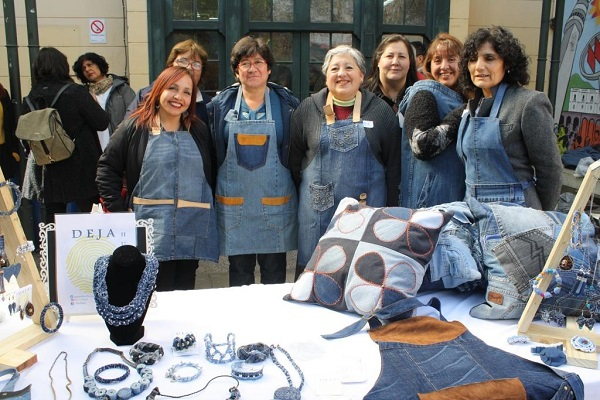 15 mujeres emprendedoras crean objetos de diseño con jeans viejos en desuso