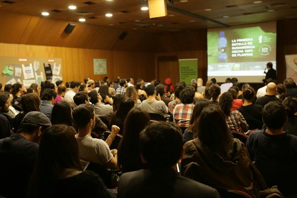 Masivo interés ciudadano para educarse sobre plásticos compostables en Foro en Parque Balmaceda
