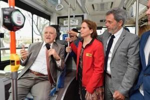 Premio Nobel de Química, Mario Molina, conversó sobre cambio climático con estudiantes de Peñalolén en bus 100% eléctrico