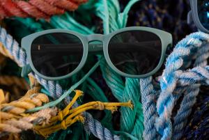 Anteojos Karün lanza colección con restos de plásticos del mar de la Patagonia