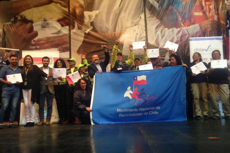 Recicladores de Concepción reciben certificación gracias a beca otorgada por Falabella Retail
