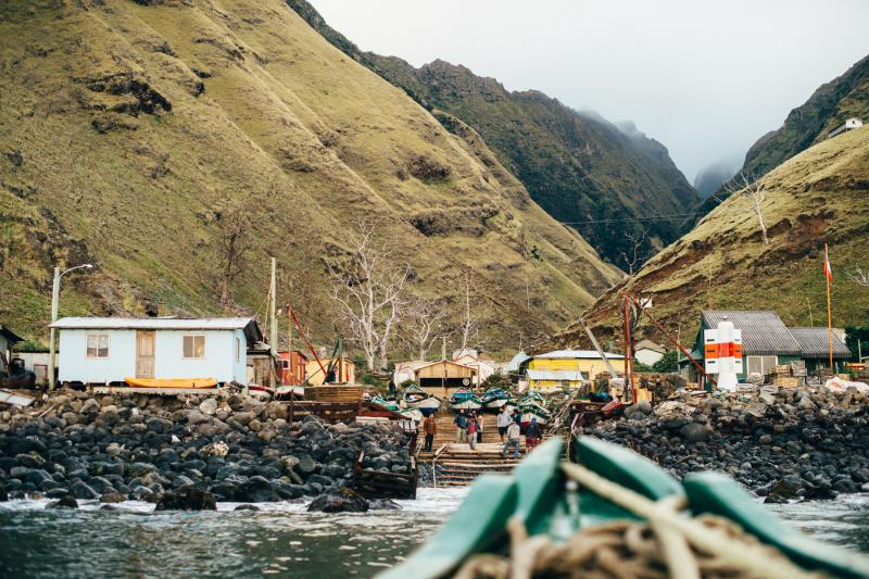 """Estreno online de documental """"Los Plástico"""": Pequeña comunidad de isleños enseña a surfistas de nivel mundial cómo vivir en armonía con la naturaleza"""