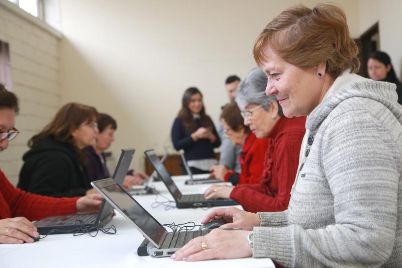 Tecnología al alcance del adulto mayor: Claro y Chilenter instalarán 32 laboratorios digitales a lo largo de todo del país