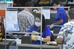 Pantallas acrílicas, demarcación de espacios y  productos frescos empacados son las nuevas medidas que Walmart Chile implementa para seguridad de clientes y colaboradores