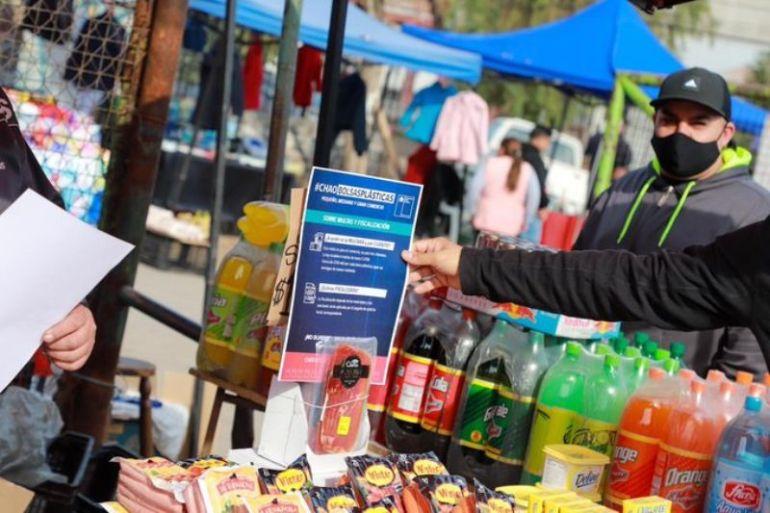 Autoridades fiscalizan cumplimiento de la ley que prohibió las bolsas plásticas en Chile