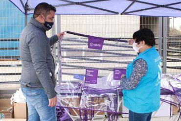 Taxistas de La Pintana reciben sanitización e instalación de mamparas protectoras para sus autos