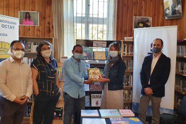 Manuka realiza donación de libros para bibliomóvil de Puerto Octay