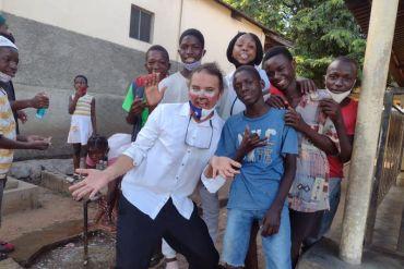 Agente de cambio chileno lleva alegría y solidaridad a niños de África en medio de la pandemia