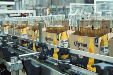 Cerveza Corona reinventa los envases sustentables con el lanzamiento de six packs hechos de cebada