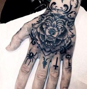 tatuajes-en-la-mano-para-hombres-1