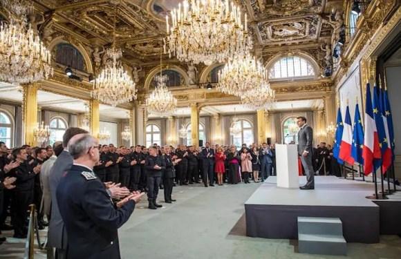 """""""Francia nunca los olvidará"""": homenaje de Macron a bomberos que extinguieron las llamas que arrasaron con Notre Dame"""