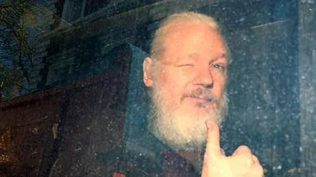 Condenan a Julian Assange a más de 11 meses de prisión por violar las condiciones de su libertad bajo fianza
