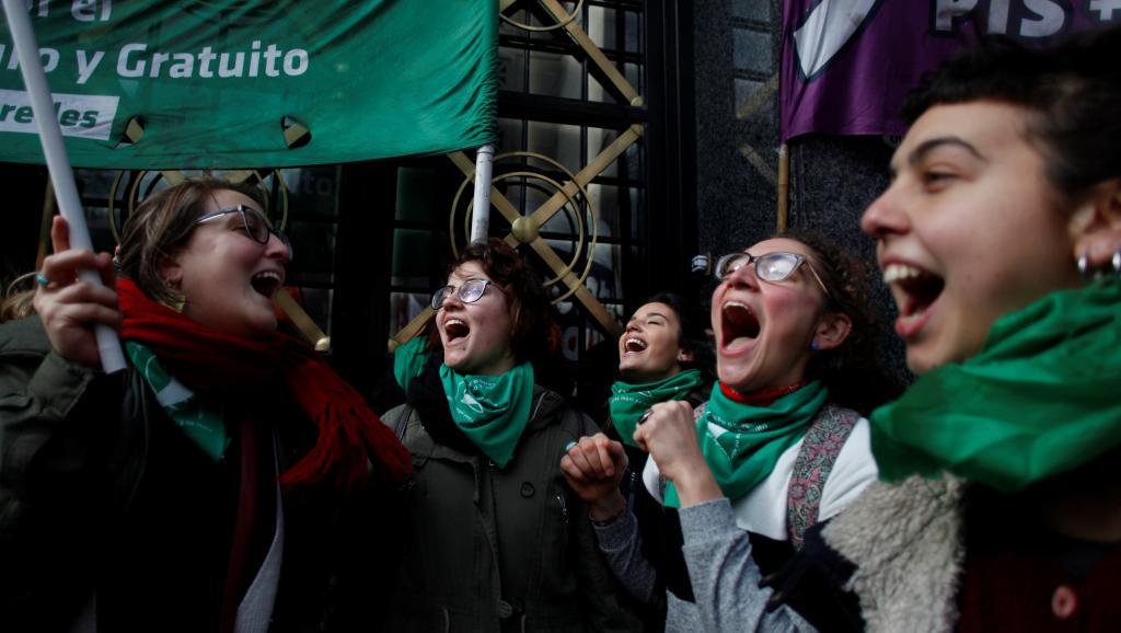 Argentine: le vote de la loi avortement face à la pression du pape et de la rue